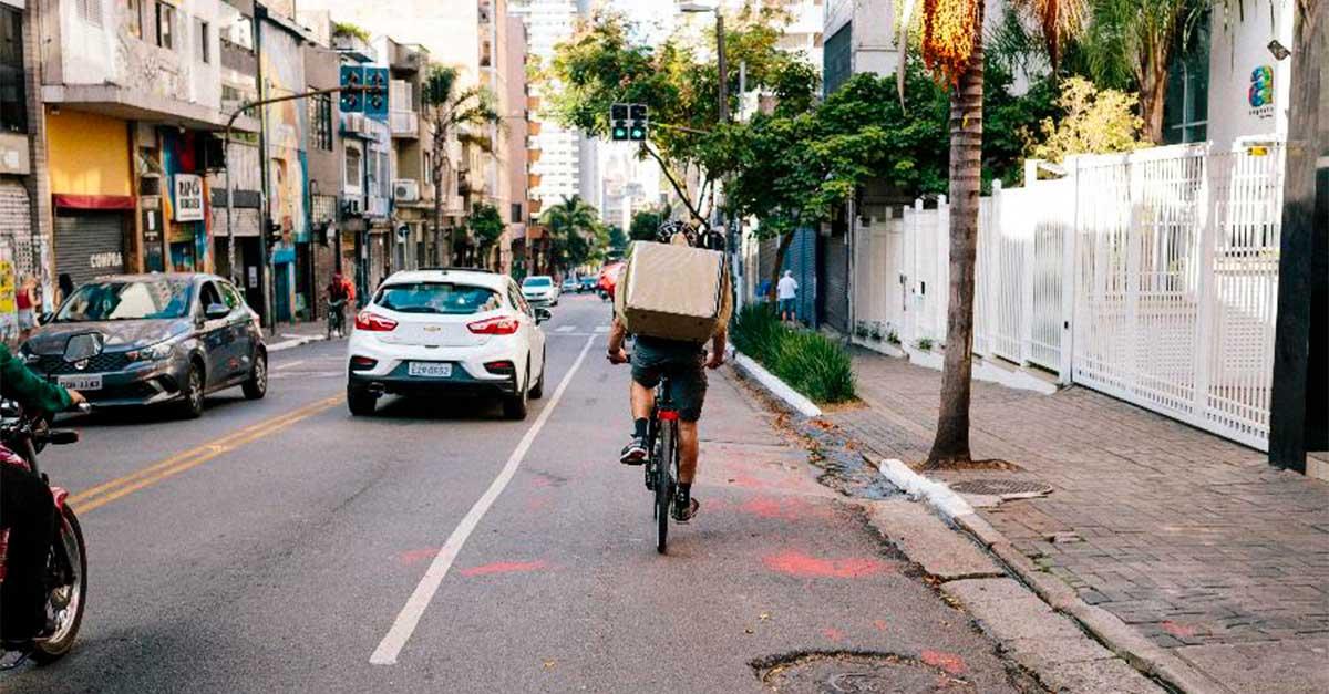 http://ecoparking.io/wp-content/uploads/2020/10/ciclista-ocupa-a-faixa-da-esquerda-em-uma-via-da-cidade-de-sao-paulo.jpg