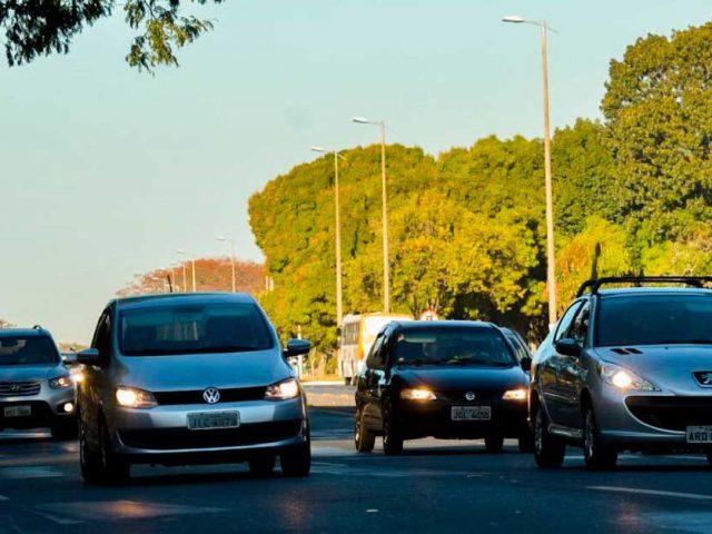 http://ecoparking.io/wp-content/uploads/2021/04/carros-transito-andam-com-farois-acesos-em-estrada-durante-o-dia-por-determinacao-legal-640x480.jpg